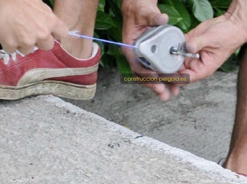 Trazar, con un tiralíneas de polvo trazador las principales líneas de la marquesina