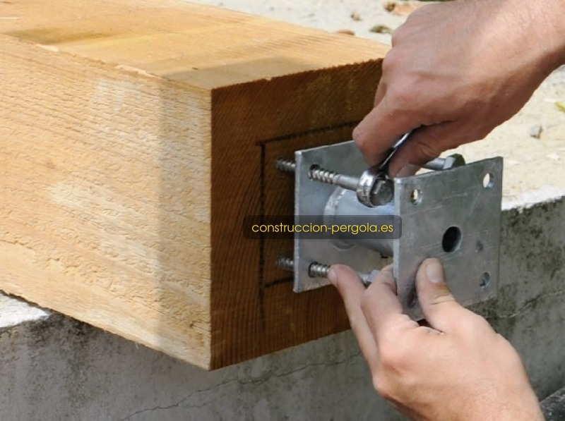 Fijación de los soportes de acero a los postes con tornillos tirafondos