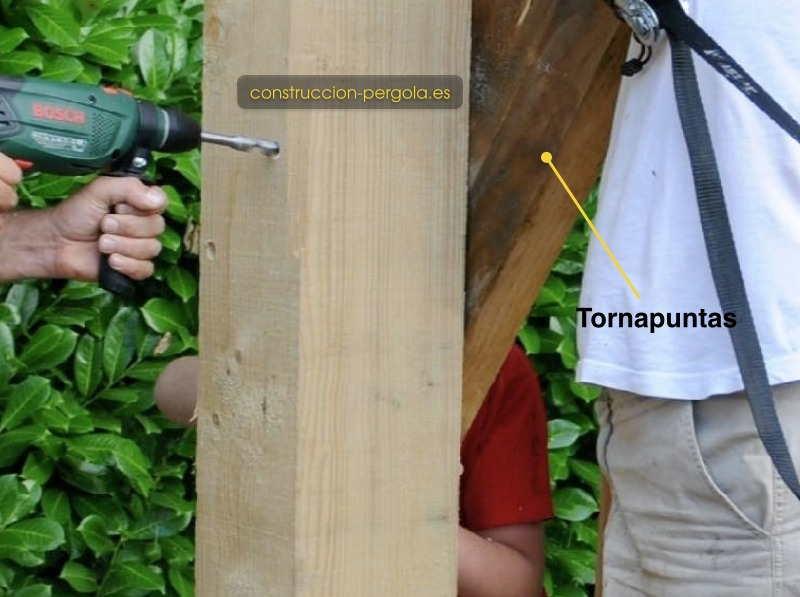 Colocar los tornapuntas y perforarlos en la continuación de los agujeros de postes