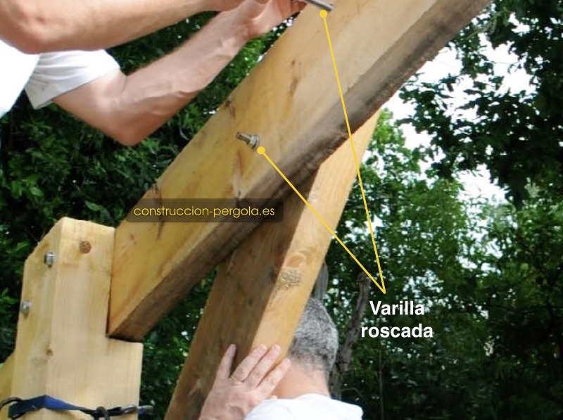 fijar la viga al jabalcon con perno y tuerca o varilla roscada