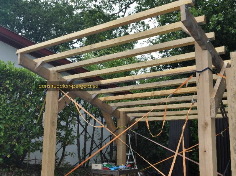 Estructura de carpintería de la pérgola de madera